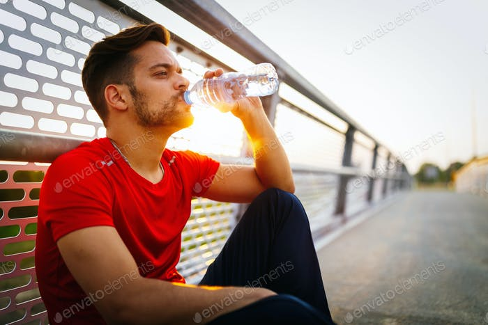 Laufender männlicher Erwachsener macht eine Pause. Müde erschöpft Mann Läufer Schwitzen nach Cardio-Training