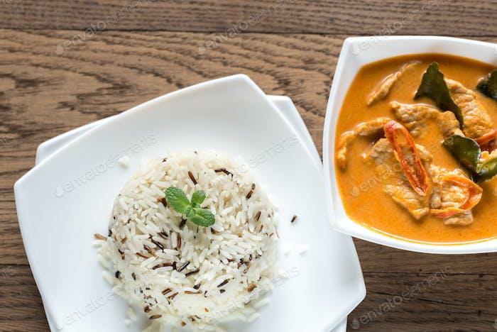 Thai-Panang-Curry mit Schale aus weißem und wildem Reis