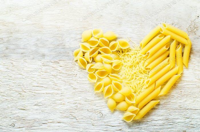 Pasta in Form von Herzen