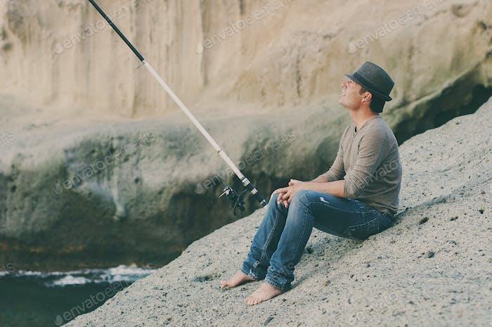 Schöner Mann Angeln während seines freien Tages