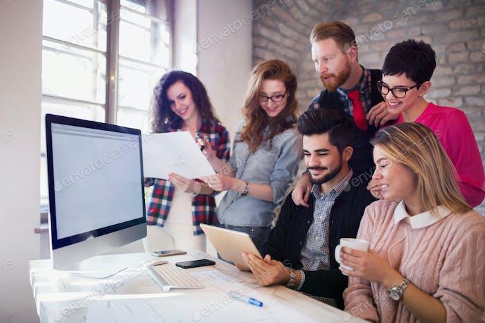 Gruppe junger Architekten mit digitalem Tablet