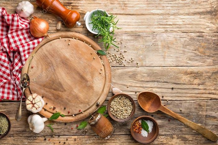 Fondo culinario con Panel de cortar vacía y especias sobre mesa de De madera