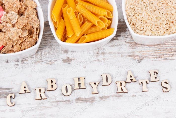 Inschrift Kohlenhydrate mit natürlichen Inhaltsstoffen und Produkten als Quelle Vitamine