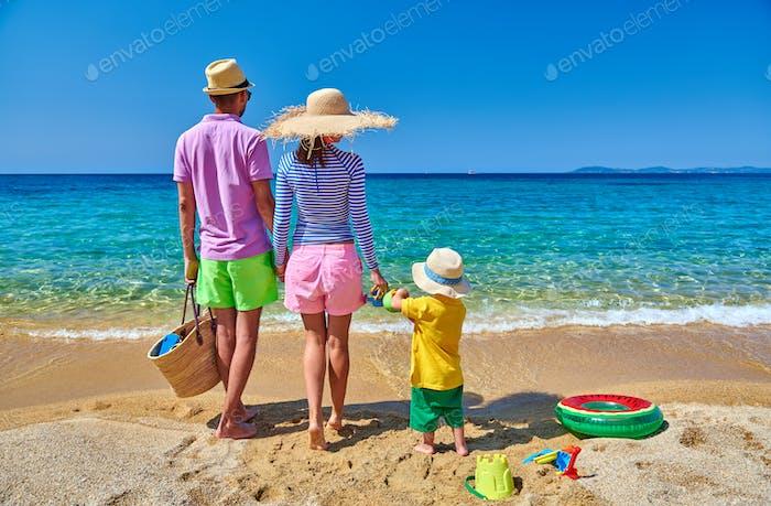 Семья на пляже в Греции. Летние каникулы.