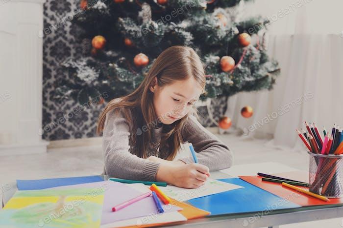 Schönes Mädchen Schreiben Brief an den Weihnachtsmann, warten Sie auf Weihnachten