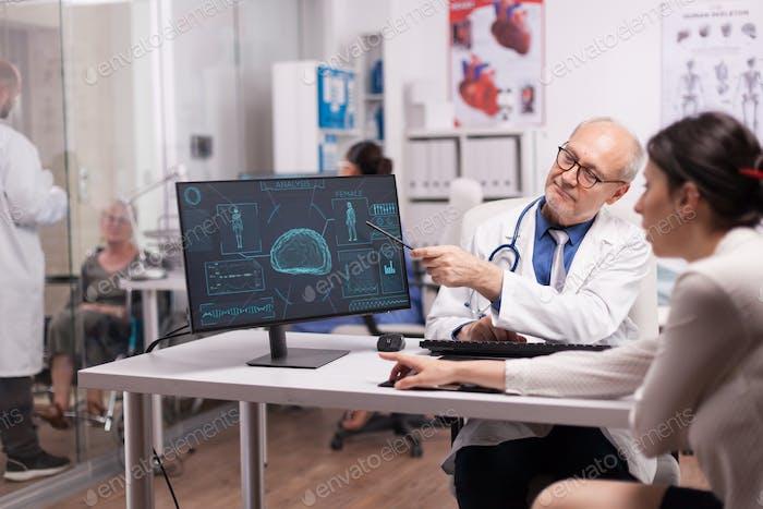 Arzt erklärt Röntgen für kranke Patienten