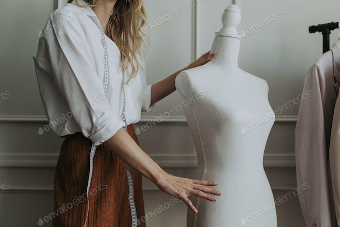 Professionelle Modedesignerin arbeitet
