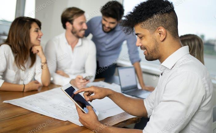Предприниматели и деловые люди, работающие вместе в офисе