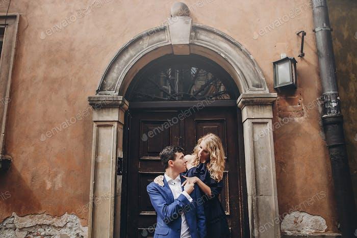 Modische Mann und Frau in der Liebe sanft umarmt