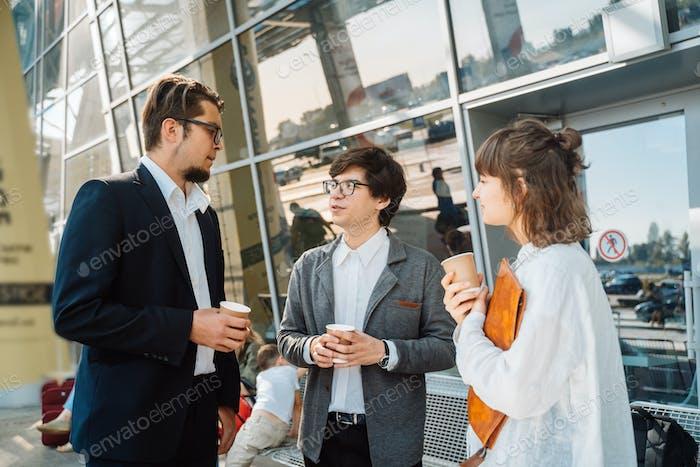 Business-Team zwei Männer und Frauen arbeiten zusammen außerhalb