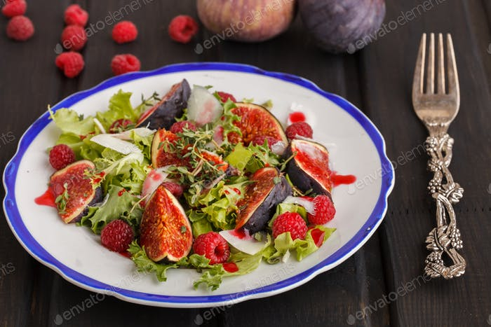 Salad with figs and raspberries, dressed with raspberry sauce