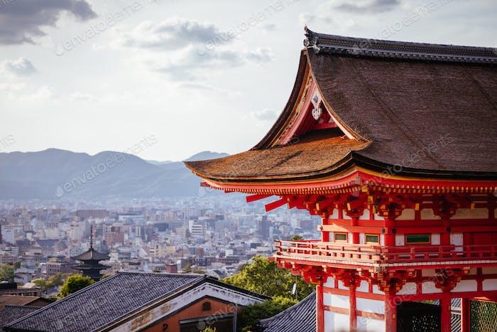 Der ikonische Kiyomizu-Tempel und Blick auf die Berge an einem sonnigen Frühlingstag in Kyoto, Japan