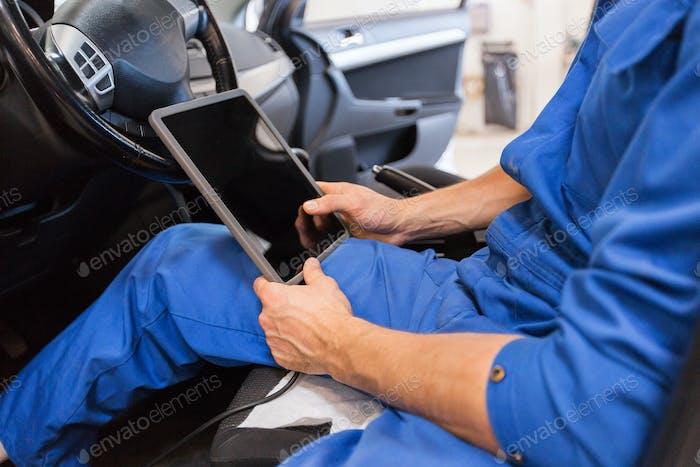 Mechaniker Mann mit Tablet-PC machen Auto-Diagnose