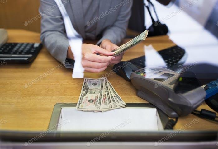 Angestellter geben Bargeld an Kunden bei der Bank Büro