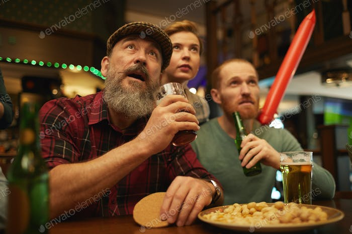 maduro hombre en el deporte bar