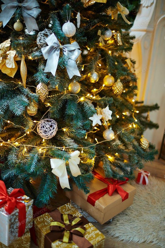 Dekoriert Tannenbaum und Weihnachtsgeschenke