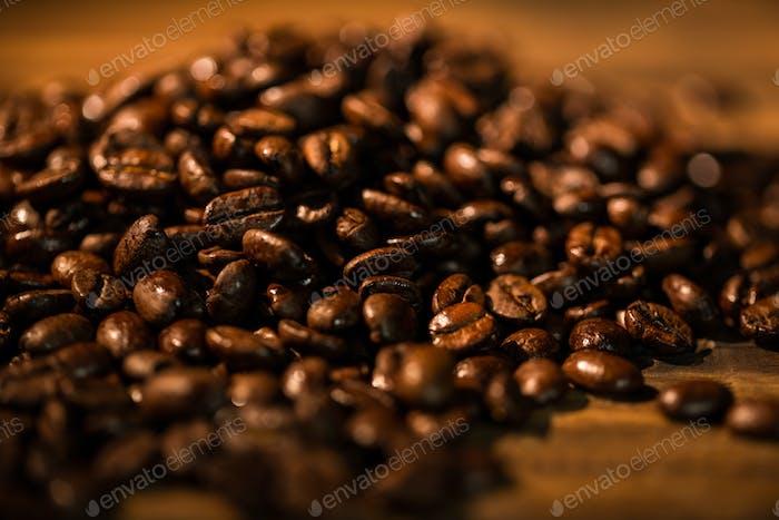 Kaffeebohnen auf einem Tisch im Studio