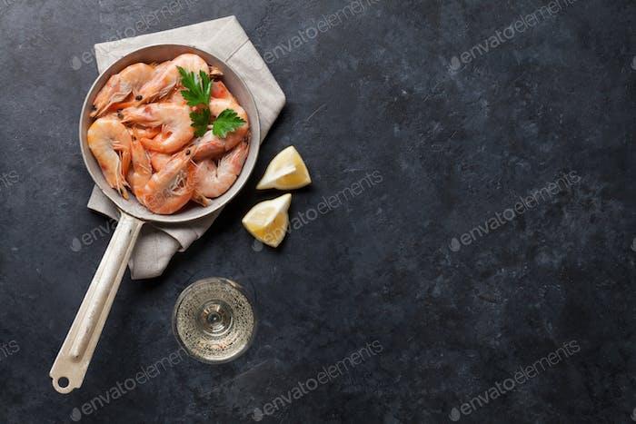 Frische Meeresfrüchte auf Steintisch. Garnelen