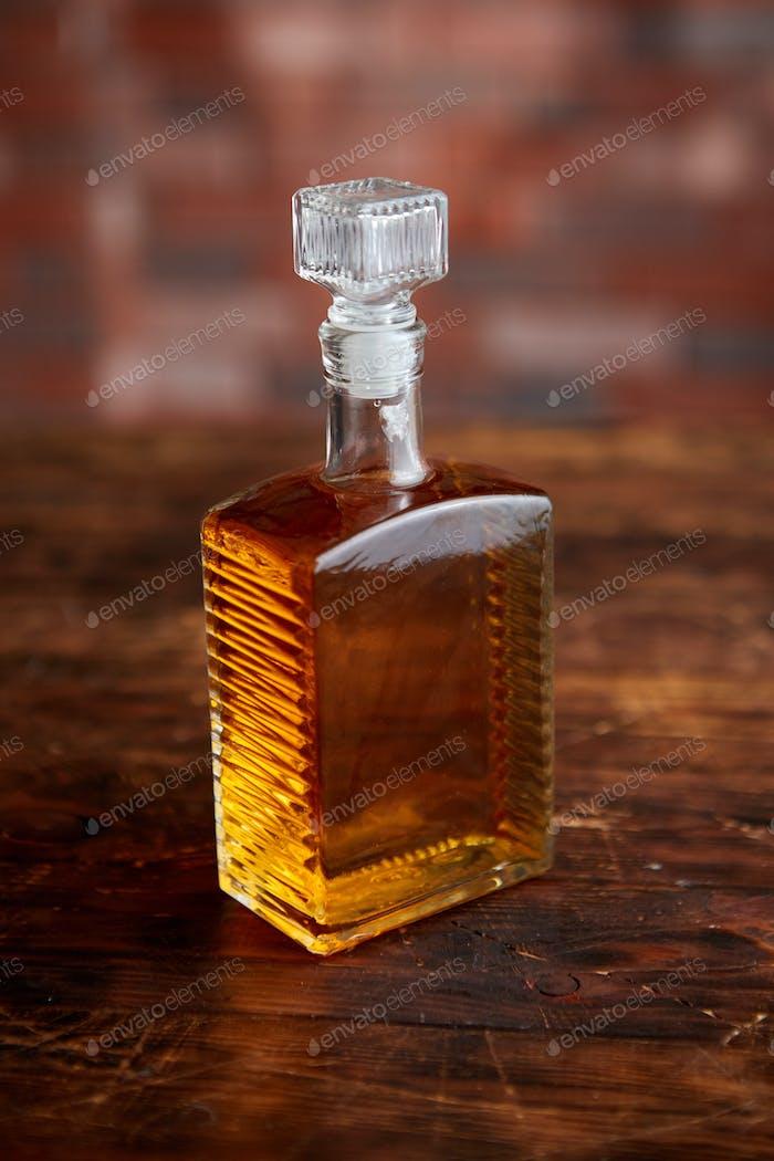 Flasche Whisky auf Holztisch
