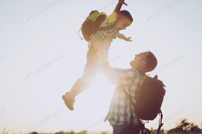 Vater und Sohn spielen im Park bei Sonnenuntergang Zeit.