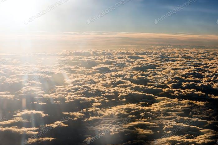 Sonnenlicht über einer dichten Wolkenschicht