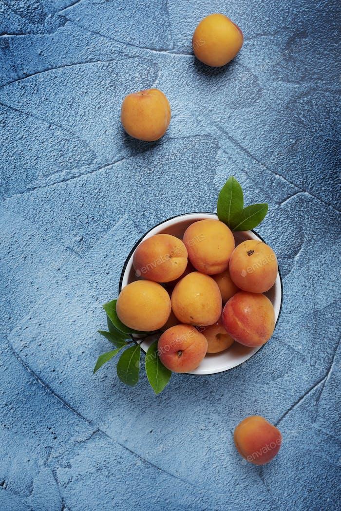 Süße frische Aprikosen in der weißen Schüssel