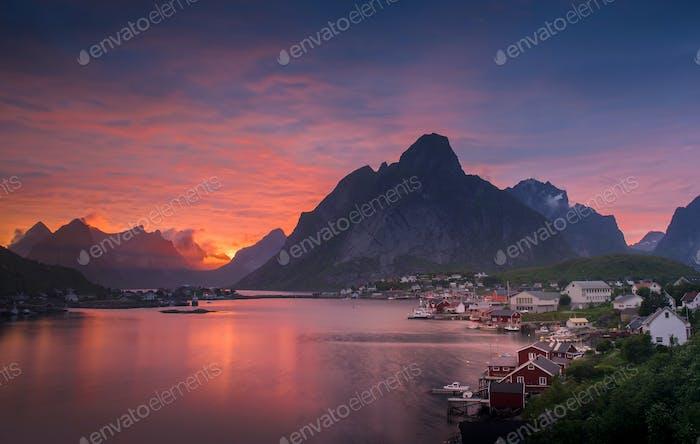 Schöne Landschaft auf den Lofoten Inseln im Sommer, Norwegen