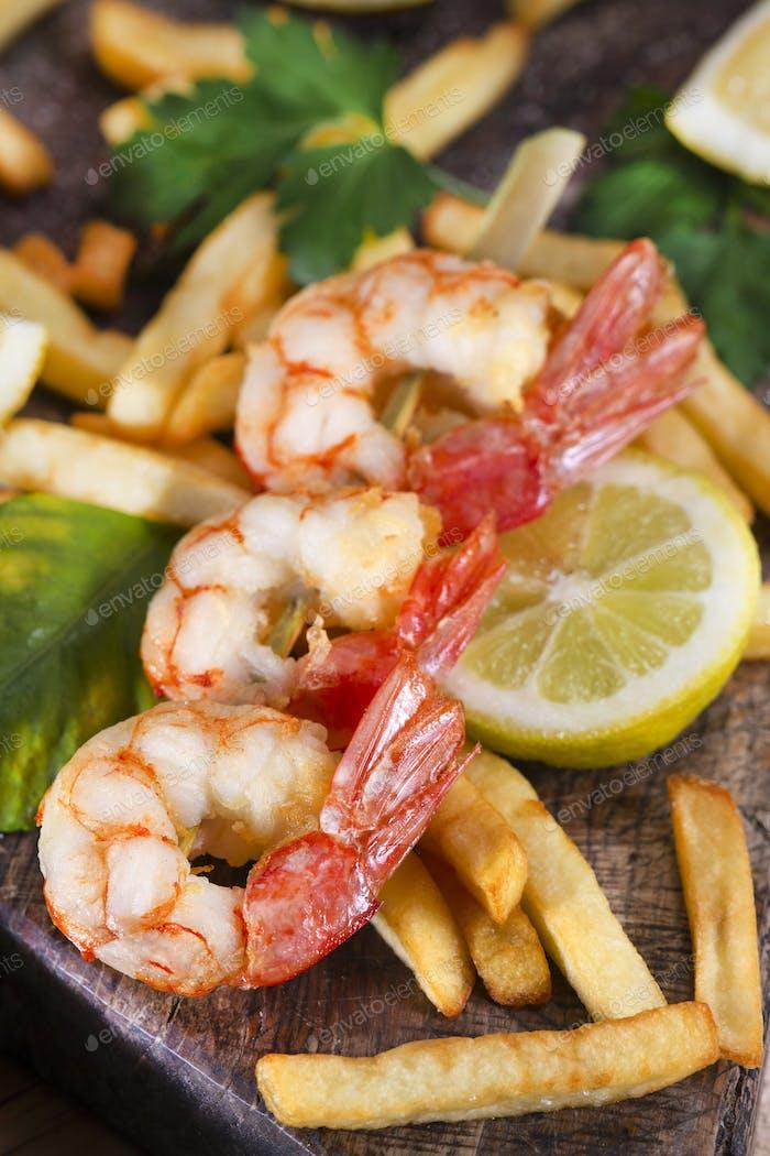 Shrimp skewer with potatoes