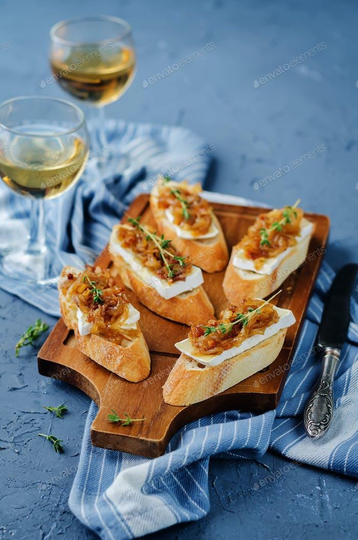 Speck Zwiebel Marmelade Brie crostini