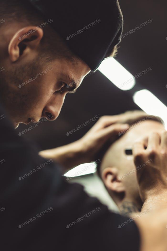 Recadrage styliste client de rasage