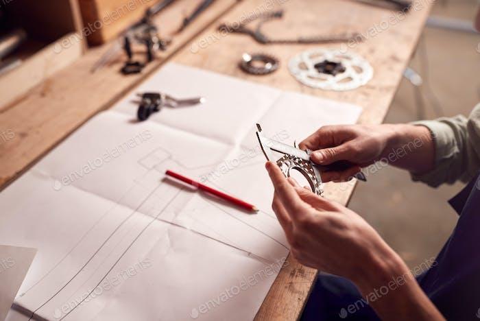 Nahaufnahme von Designer In Werkstatt Blick auf Komponenten für handgebautes Bambus-Fahrradrahmen