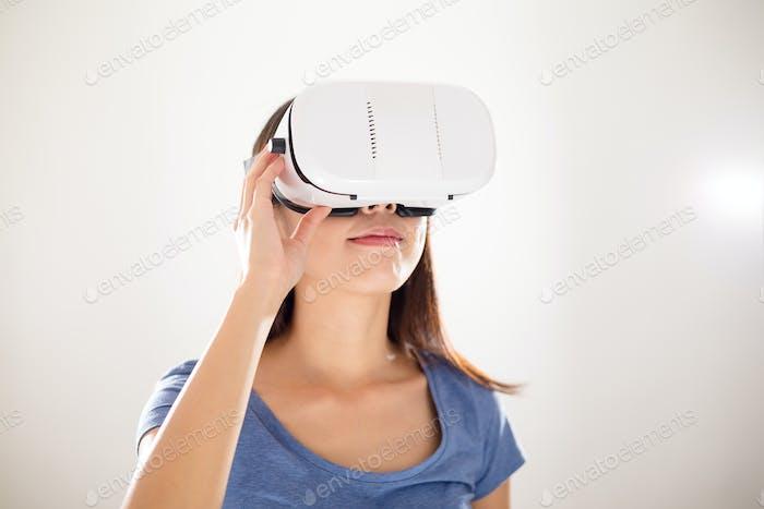 Frau sucht, obwohl VR-Gerät