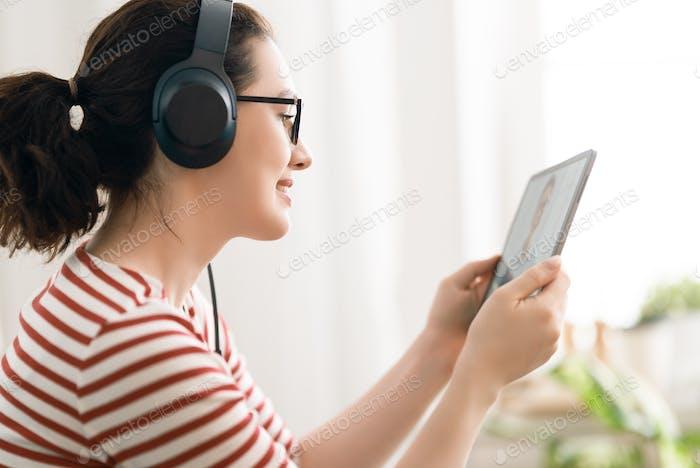 Frau verwendet Laptop-PC für Ferngespräche