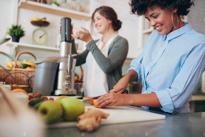 Zwei Frauen arbeiten an Saftbar