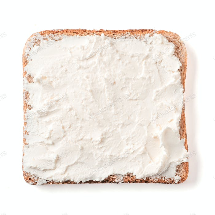 Brotscheibe mit Weichkäse isoliert auf weiß