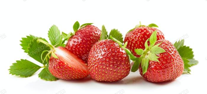 frische rote Erdbeeren mit grünen Blättern