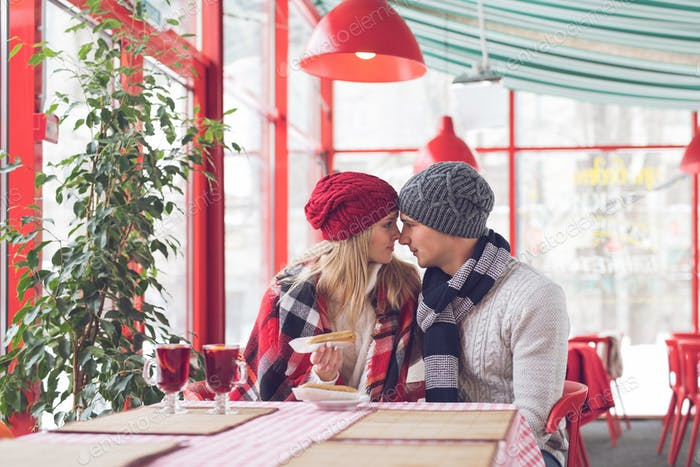 Joven pareja en una cita romántica