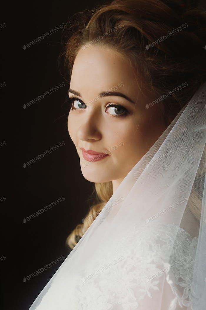 Porträt der schönen Braut, blonde Braut in eleganten weißen Hochzeitskleid mit Schleier