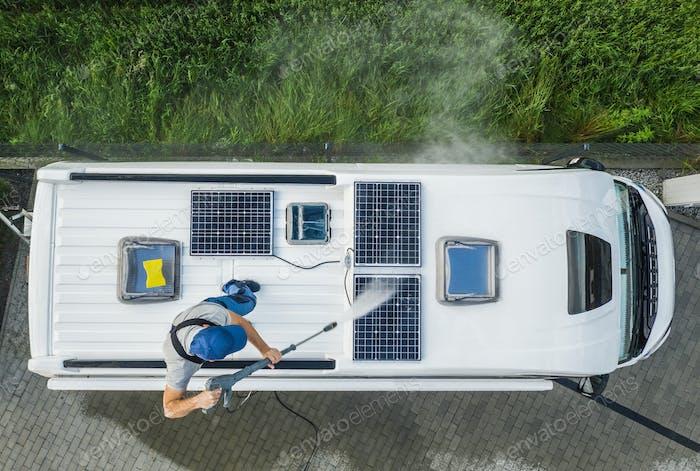 Hombres lavado a presión RV Camper Van Techo equipado con paneles solares