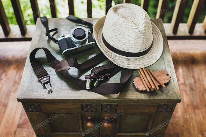 Conjunto masculino: puros, whisky, sombrero, tirantes sobre una mesa de madera vintage