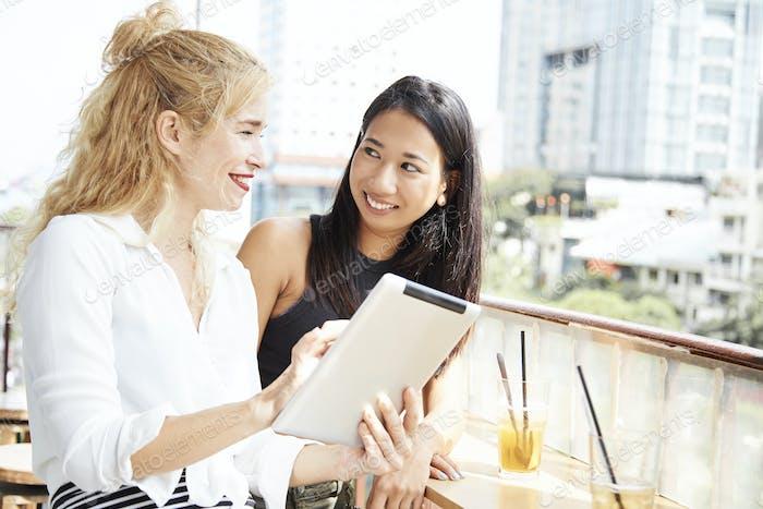Junge Geschäftsleute treffen sich im Café