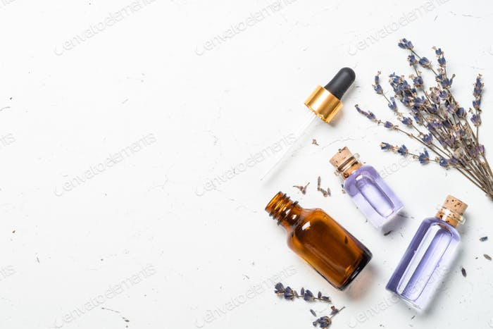 ätherisches Lavendelöl auf Weiß