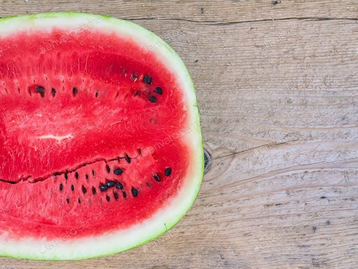 Eine Hälfte reife Wassermelone