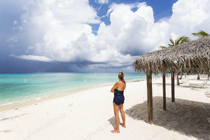 erwachsene Frau Blick auf nähernden Sturm, Grand Cayman Island