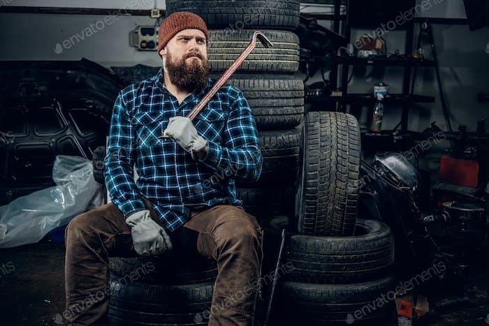 Мужчина в гараже