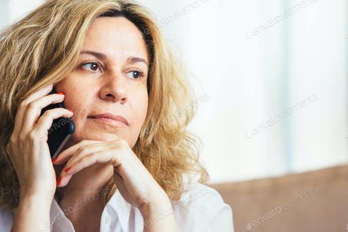 Nahaufnahme der Frau ruft über Zelle