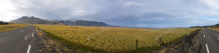 Horizontal increíble en la Carretera en los fiordos orientales en Islandia
