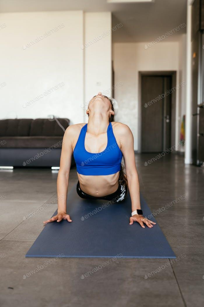 Junge Frau tun Yoga Pose Übung Gesunder Lebensstil