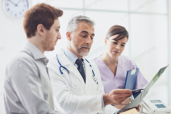 Врач, осматривающий рентген пациента