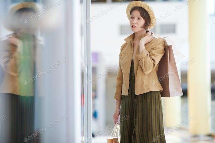 Beobachten bei Kleid durch Fenster Display